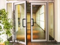 входная дверь из алюминия и стекла