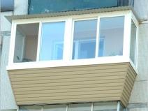Сайдинг и пластиковые окна - классический вариант современного балкона