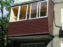 Обшивка сайдингом балкона