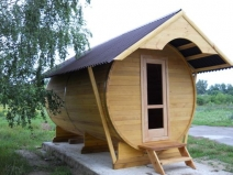Баня-бочка под двускатной крышей