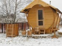 Деревянная двускатная крыша бани-бочки