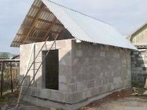 Баня из блоков под двускатной крышей