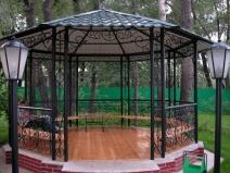 садовая металлическая беседка шестиугольной формы