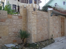 бетонный забор вокруг частного дома