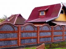 красивый бетонный забор вокруг дачи