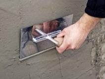 нанесение цементной штукатурки на стену