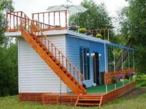 Бытовка с верандой и площадкой на крыше