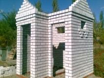 Строительство кирпичного туалета с душем на даче