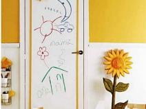 Интересное оформление двери в детской комнате