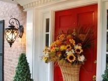 декор входной двери корзиной цветов