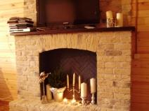Имитация камина и телевизор на каминной полке