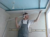 Фото: монтаж реечного потолка в процессе