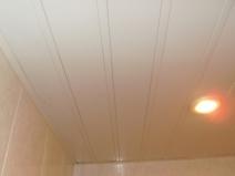 Реечный потолок в бежевых тонах