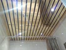 Навесной зеркальный потолок в ванной