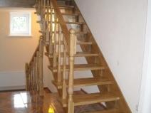 Очень простая деревянная лестница из двух пролетов
