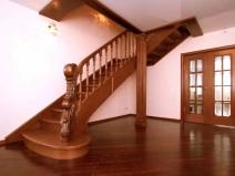 Оригинальные перила у лестницы с одним пролетом