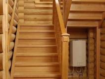 Деревянная лестница на второй этаж с пролетами