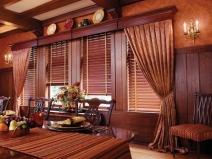 деревянные шторы в интерьере столовой