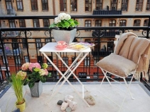 Зона отдыха на маленьком балконе