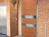 красивая входная дверь в интерьере