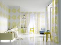 Спальня в бело-делтых тонах: обои и шторы в одном стиле