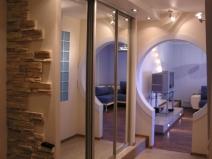Шкаф купе в коридоре: зеркало увеличивает площадь