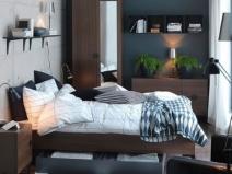 Полочки и узкие шкафы - прекрасное решение для небольшой спальни