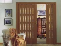деревянные двери гармошка в гостиной