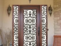 массивные двери с элементами ковки
