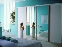 Двери купе в интерьере спальни