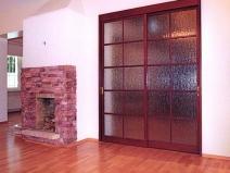 Двери купе с полупрозрачным стеклом в гостиной