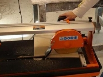 Работа с электрическим плиткорезом