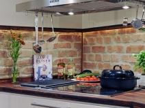Пластиковый фартук для кухни, стилизованный под старый кирпич