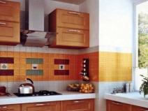 Очень яркий и привлекательный дизайн фартука из плитки