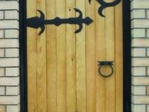 деревянная калитка с ковкой
