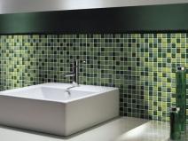 зеленый кафель в сочетании с мозаикой