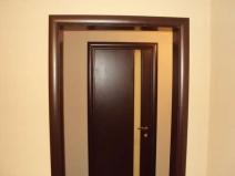 Интересный вариант оформления входной двери