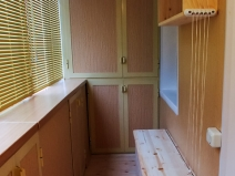 Шкаф-купе для лоджии с отделкой под ольху