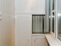 Стильный шкаф для балкона с использованием джокерных труб