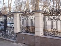 забор из кирпича с коваными секциями
