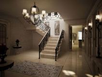 Бетонная лестница с ажурными коваными перилами