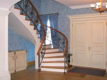 Лестница деревянная с поворотом