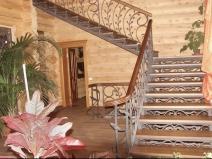 Двухмаршевая кованая лестница для загородного дома