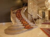 Большая бетонная лестница с коваными перилами