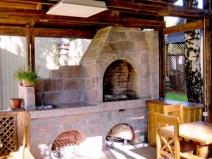 Печь в летней кухне может быть многофункциональной