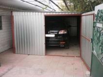 Металлический гараж рядом с домом