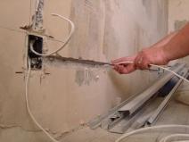 Укладка кабеля электропроводки в штробы