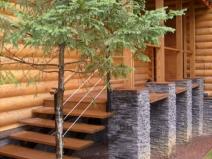 Деревянная лестница на вранду