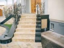 Интересная отделка лестницы плиткой