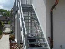 Наружные лестницы из металла на второй этаж дома